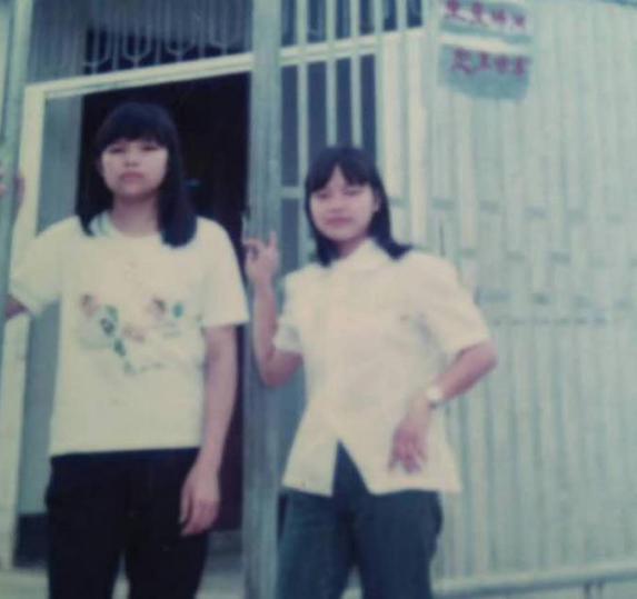 陈翠练(右一)初进工厂。