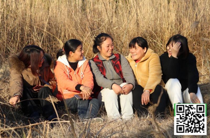 广东始兴县绿芽社会工作服务中心团队,左二为吴秀兰(扫描二维码可了解和支持该乡村项目)。